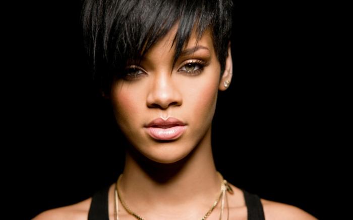 Rihanna kurze Haare mit einem scharfen Ponny, goldene Schmuck, schwarze Bekleidung
