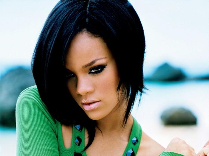 grüne Bluse mit blauen Steinen, Rihanna kurze Haare in schwarzer Farbe