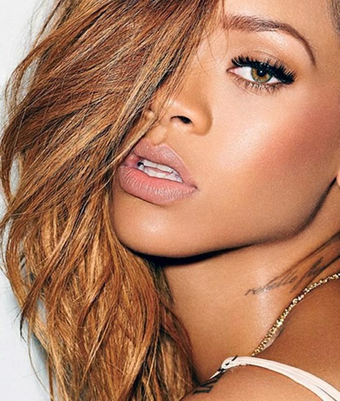 verlockendes Bild von Rihanna mit dem Haar an einer Seite in roter Farbe