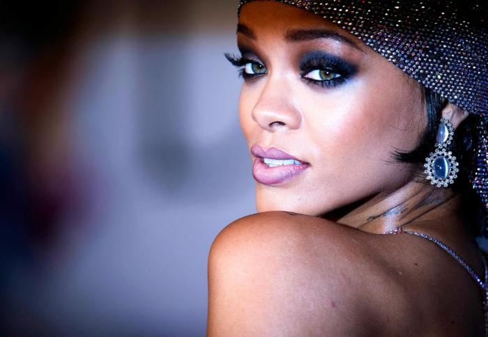 Rihanna kurze Haare, ein verlockendes Bild mit interessante Ohrringen