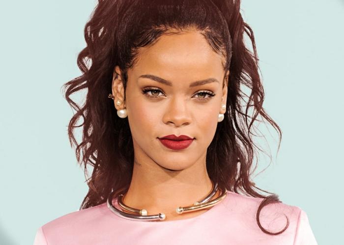 Rihanna mit rosa Kleid, goldenes Collier und roter Lippenstift, Perlen Ohrringe - Bilder von Rihanna