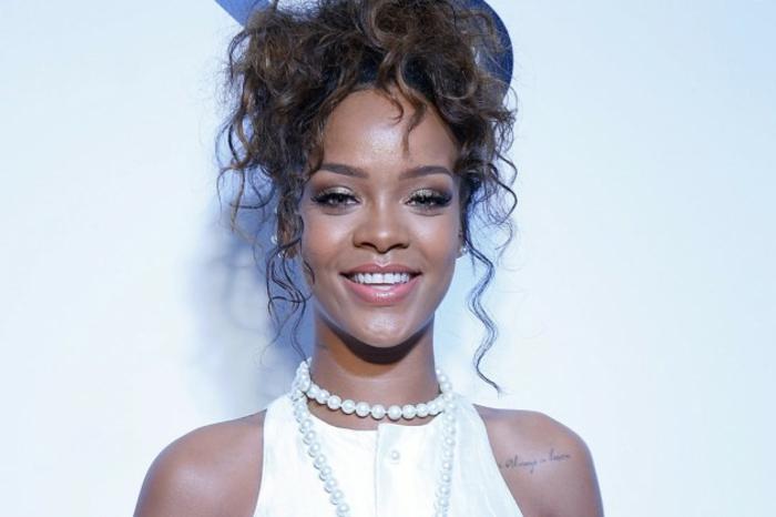 Hochsteck Frisur mit Locken, weißes Kleid, Perlen Kette - Bilder von Rihanna