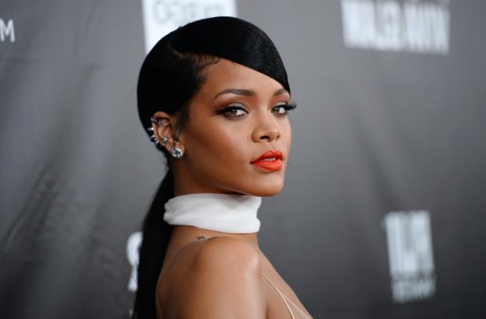 Roter Lippenstift und weißer Schal, schwarzes Haar und silberne Ohrringe - Bilder von Rihanna