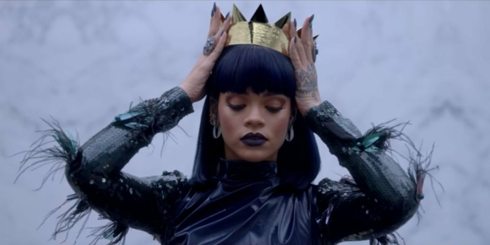 die Frisur und Styling von Rihanna in ihren Videos ist ausgeprägt - goldene Krone