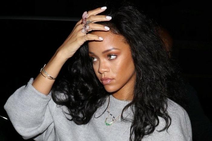 Bilder von Rihanna von Paparazzo mit vielen Ringe, lange natürliche Locken