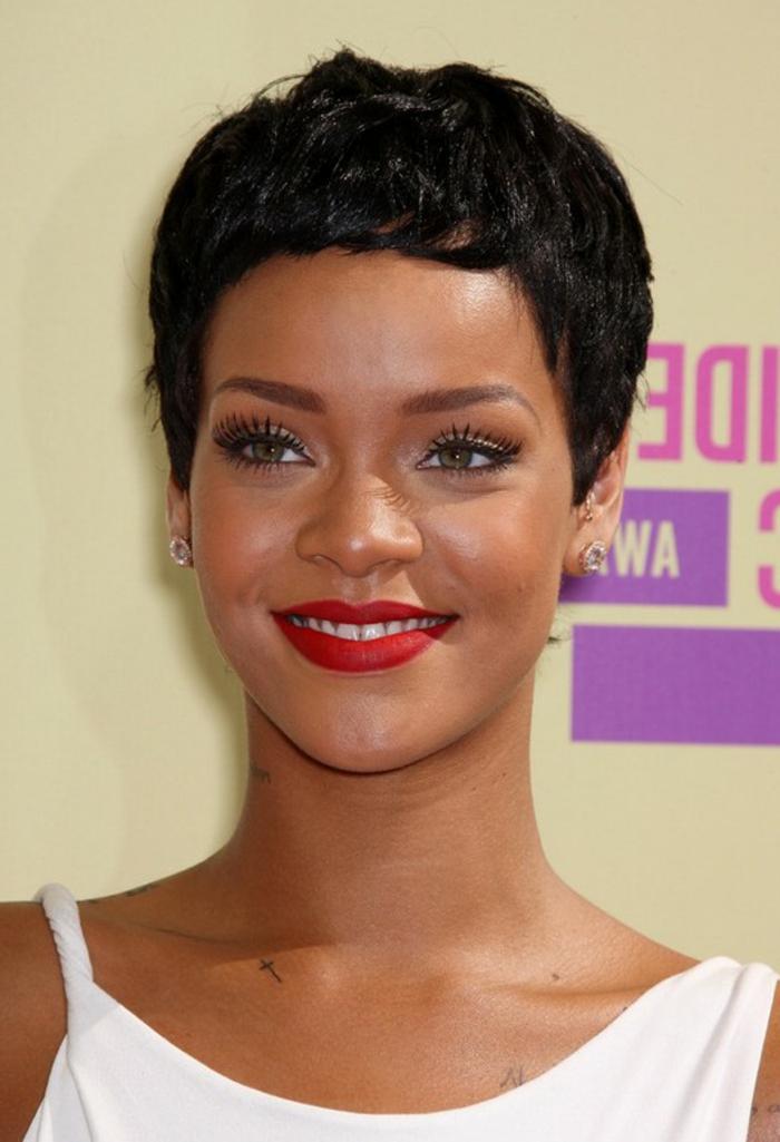 Rihanna kurze Haare - eine einfache Frisur wie von einem Jungen