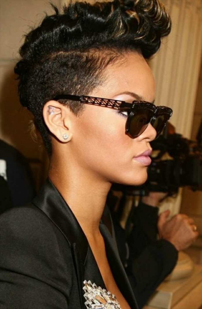 Rihanna kurze Haare schwarzes Undercut Designer schwarze Brille