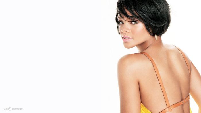 Rihanna, schwarze glatte Haare, moderne Kurzhaarfrisur mit langem Pony
