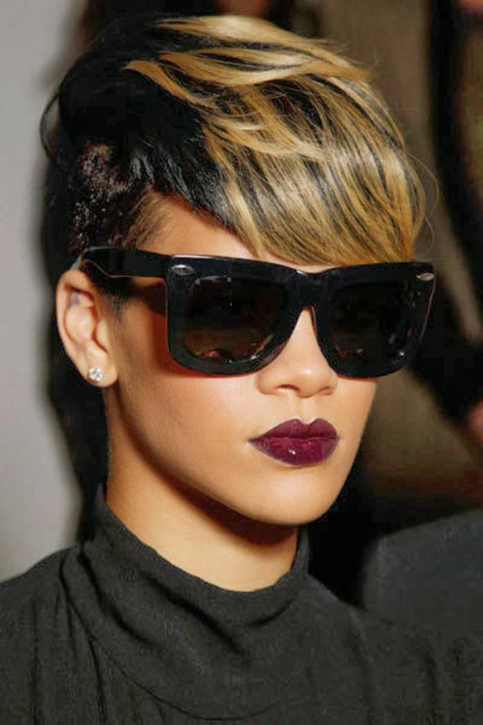 Rihanna kurze Haare mit schwarzen Brillen und glänzender roter Lippenstift