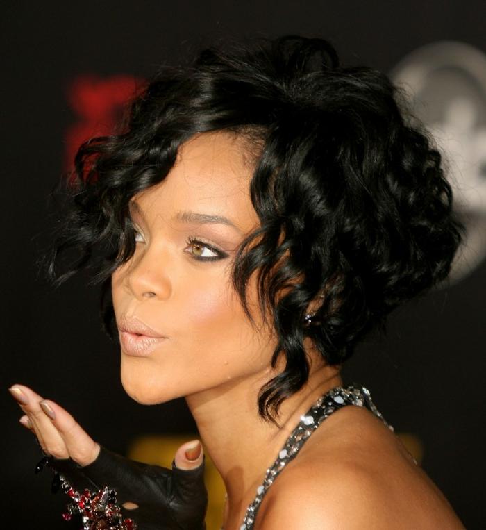 lockige Haar auf Hochsteck Frisur schwarze moderne Handschuhe, ein Kuss geben