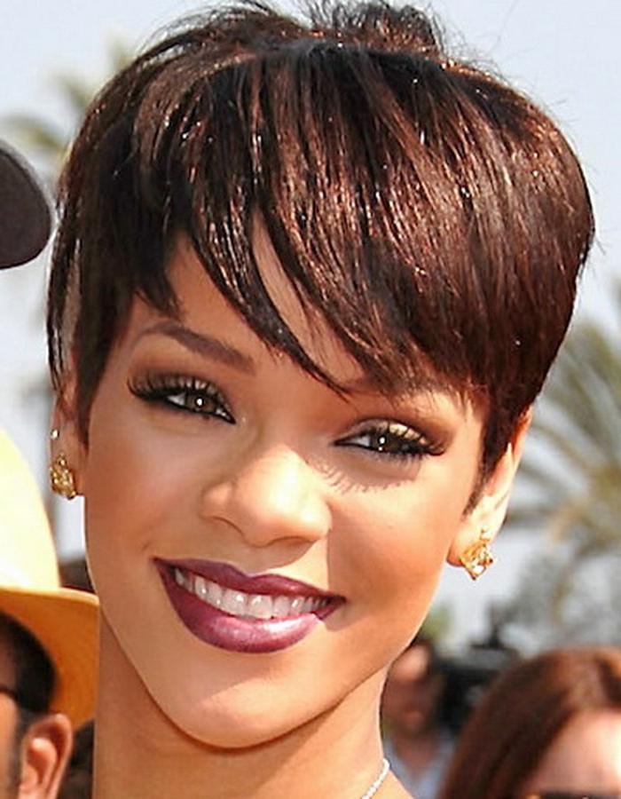 Rihanna kurze Haare ein verlockendes Lächeln, rosa Lippenstift und goldene Ohrringe
