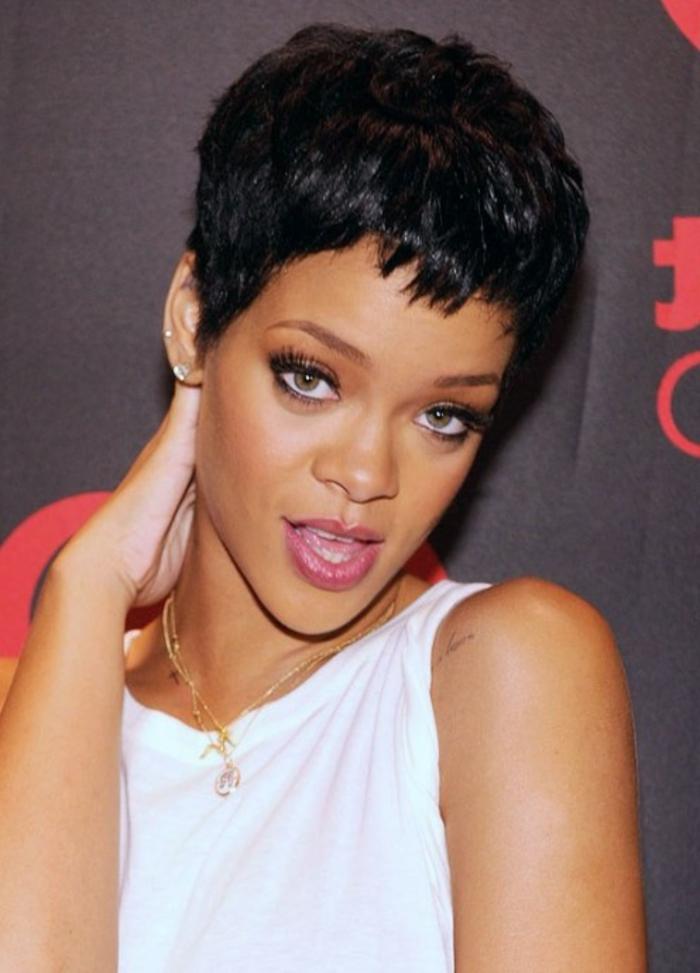Rihanna kurze Haare - weiße Bluse, goldene Schmuckstücke ganz kurz und lockig