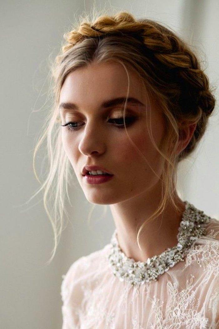 romantische hochsteckfrisuren kronenzopf hochzeit frisuren ideen weißes kleid mit pailletten stickerei minimalistisches make up flechtfrisuren mittelalter