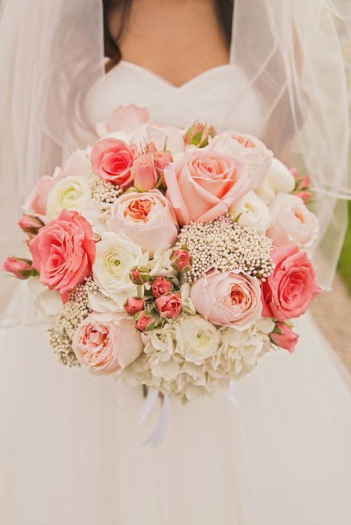 klassischer Biedermeierstrauß, rosa und weiße Rosen, schöner runder Braustrauß