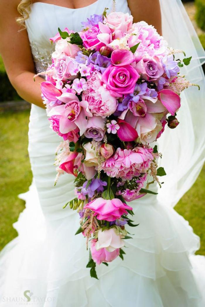 Hochzeitsstrauß-Wasserfall in Rosa und Lila, Ideen für Sommerhochzeit, Blumen für die Braut