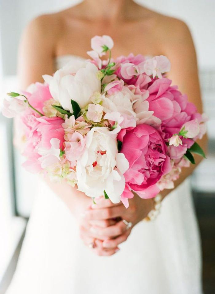 runder Hochzeitsstrauß in Rosa und Weiß, Pfingstrosen, schön und zart