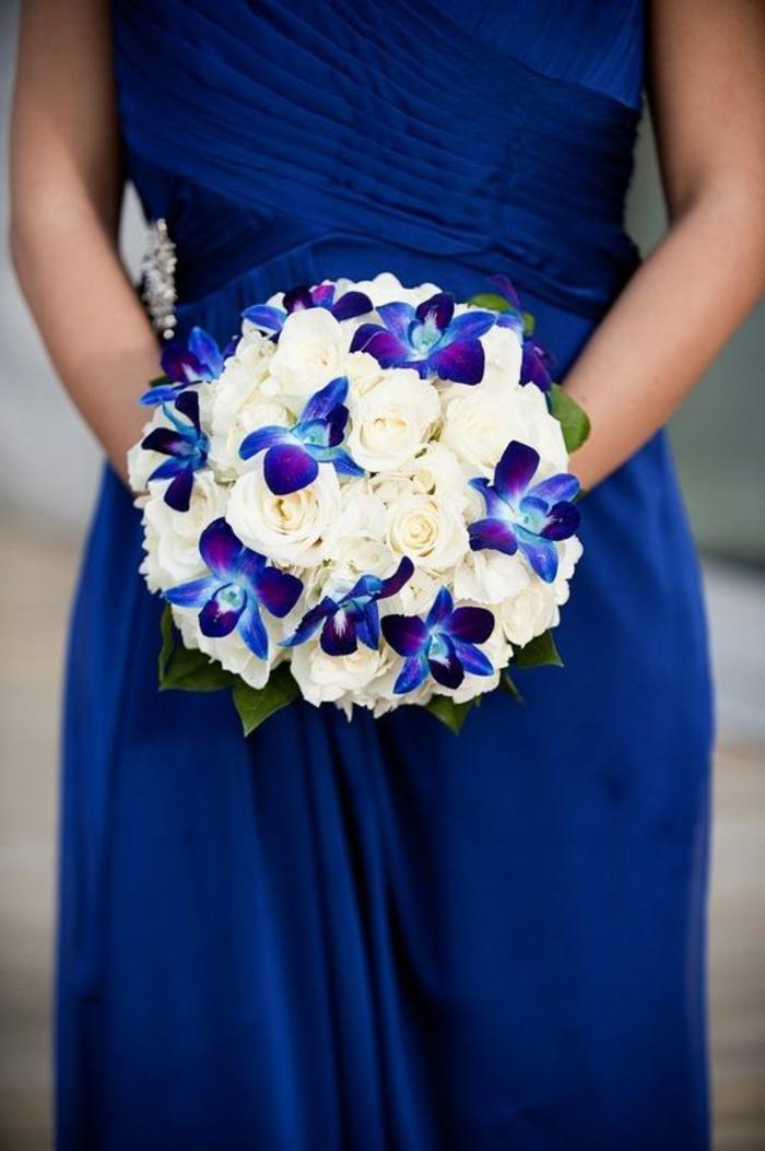 runder Brautstrauß, Kombination von lauen Orchideen und weißen Rosen, Hochzeit in Blau