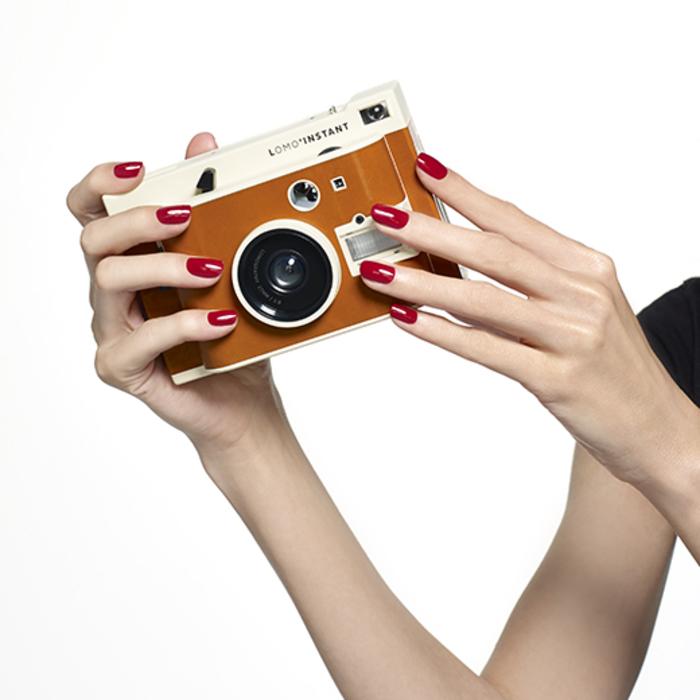 rote Maniküre, stilvoll und elegant, tolles Nageldesign, Retro Kamera