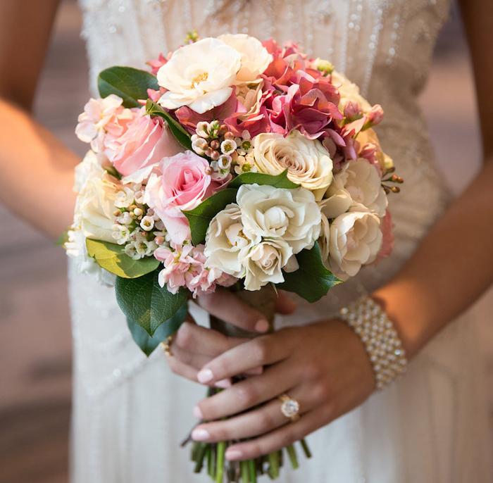 runder Brautstrauß, rosa und creme Rosen, klassischer Hochzeitsstrauß