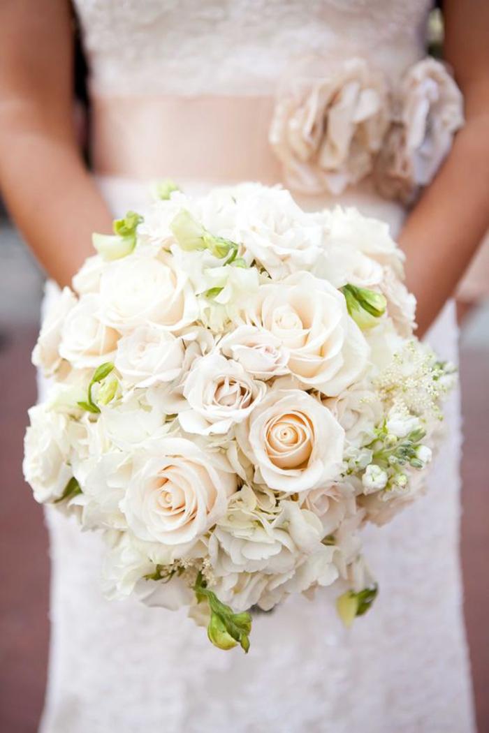 klassischer Brautstrauß, weiße Rosen, Biedermeierstrauß, passt zu jeder Jahreszeit