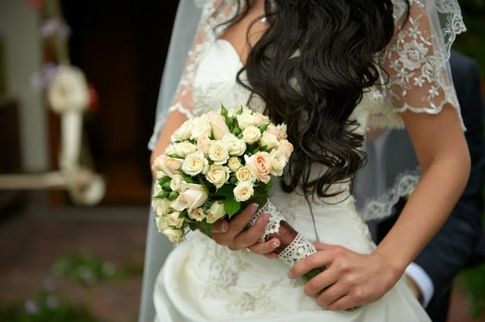 schöne Hochzeitsideen, runder Brautstrauß, weiße Rosen, mit Spitze dekoriert