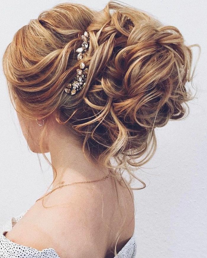 lässiger Dutt für lange Haare, große Locken mit Haarschmuck aus Kristallen festhalten, Haarvolumen
