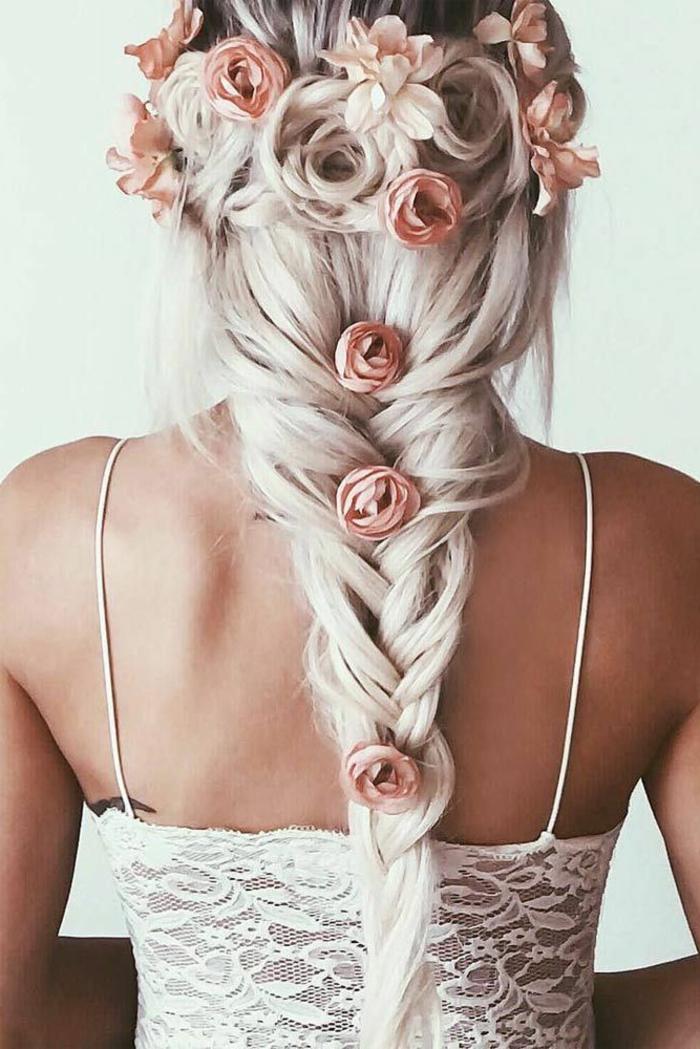 Fischschwanz -Frisur für sehr lange Haare mit einigen Haarschmücken - rosa Rosen, die die Haare festhalten