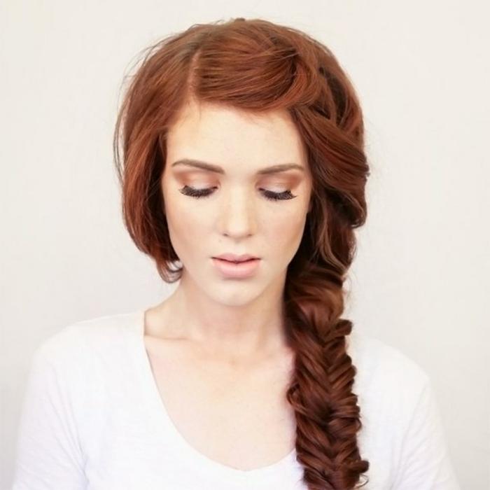 Frisur mit Seitenzopf-Fischschwanz für lange glatte Haare, Mädchen mit rötlichen Haaren