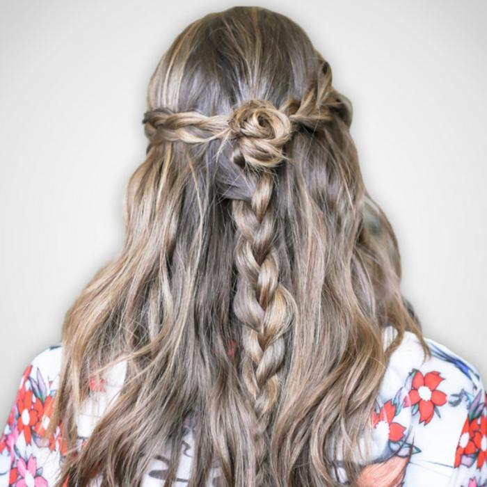 zwei kleine Zöpfe, die in einen großen Zopf mit Haarrose verlaufen, lange leicht gewellte Haare