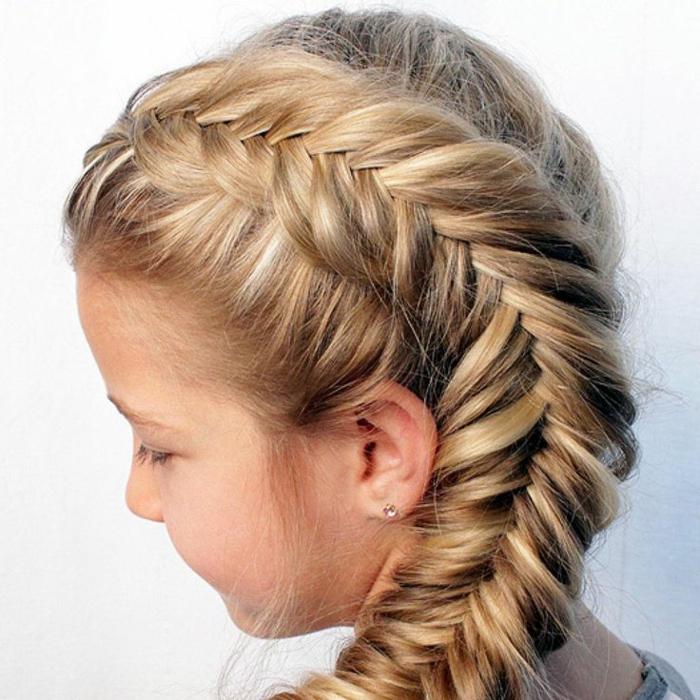 Mädchenfrisuren für lange dichte Haare - Seitenzopf, Fischschwanz auf der linken Seite des Kopfes