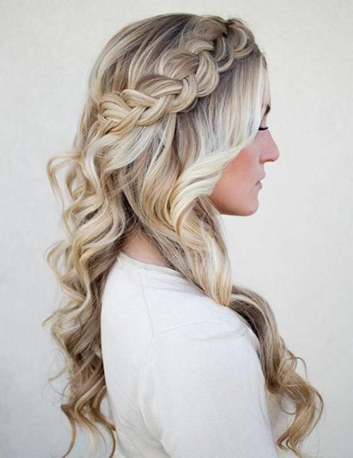Frau mit langen blonden lockigen Haaren mit einem Seitenzopf, der mit Haarklammern gesteckt ist