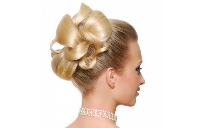 eine schalkhafte Frisur für Braute mit mittellangen Haaren, hochgesteckt in einem Dutt, Halskette aus Kristallen