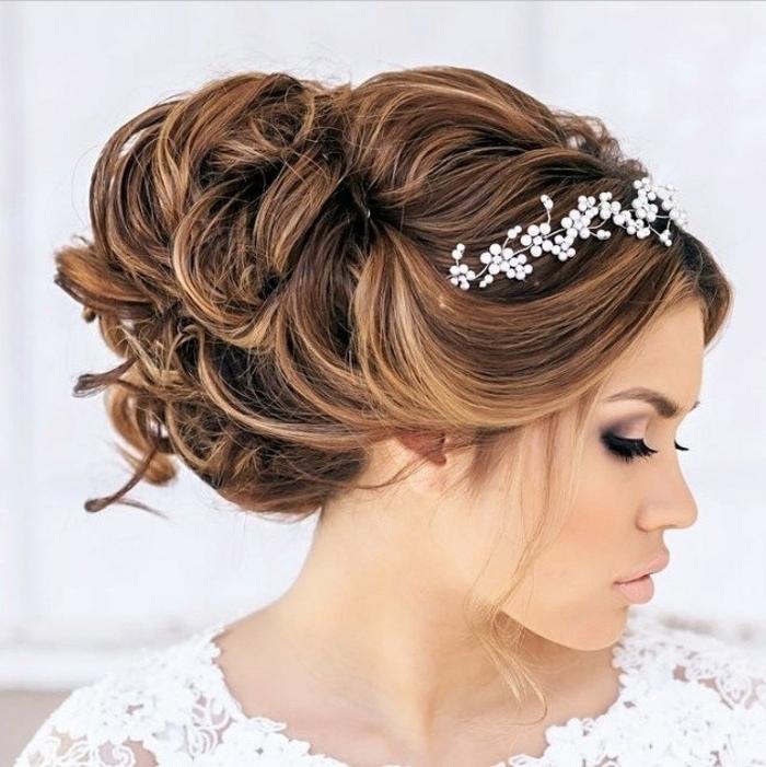Hochsteck-Brautfrisur für lange Haare mit riesigen Locken und einigen frei fallenden Strähnen, weißer Haarschmuck