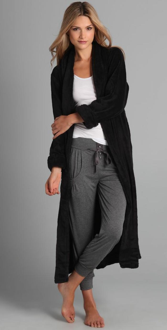 outfit mit jogginghose grau und langen schwarzen mantel