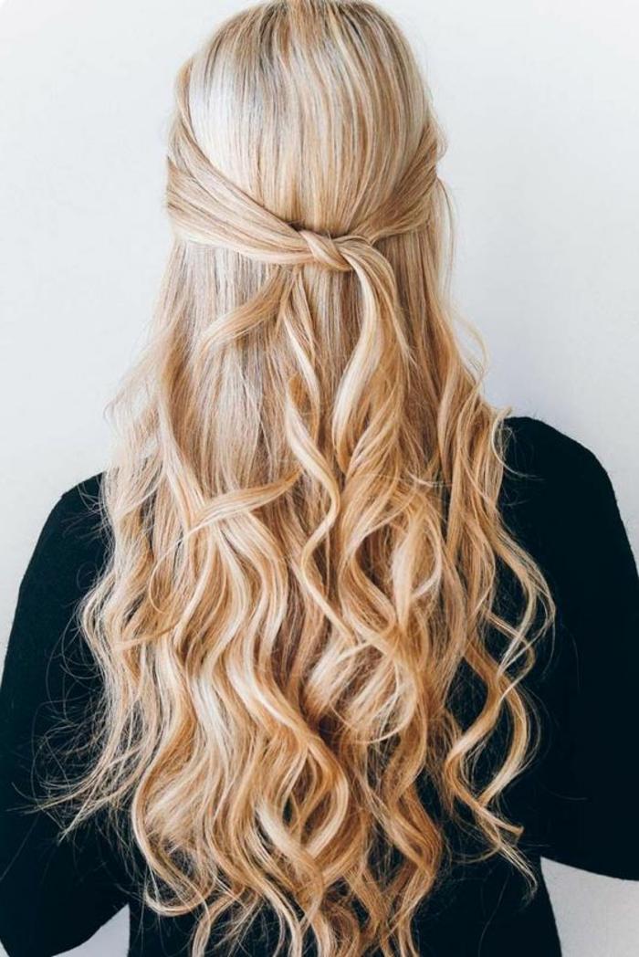 elegante und gleichzeitig lässige Frisur mit Locken, halbes Haar hochgesteckt, ohne Haargummi