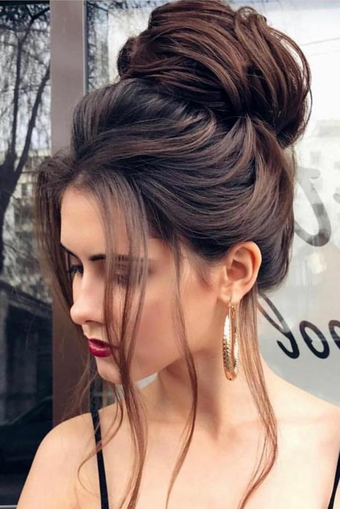 riesiger Dutt mit viel Volumen, frei fallende lange Strähnen, roter Lippenstift, elegante Frisuren