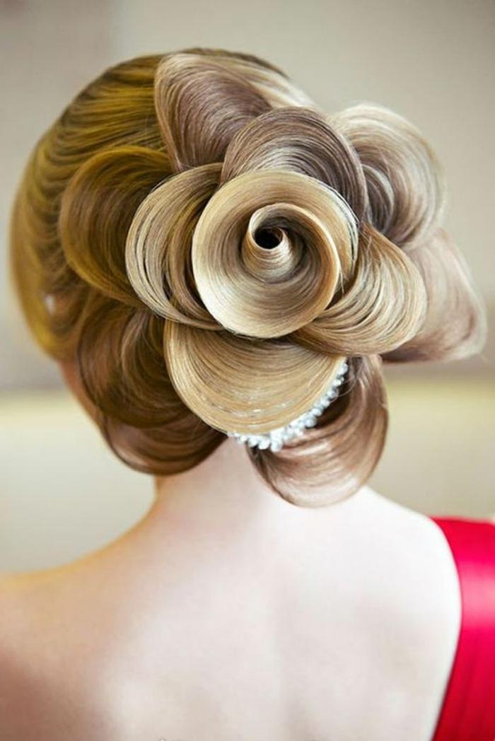 strenge Frisur für lange Haare, geglättete Haare, Haarblume mit Haarschmuck aus Kristallen