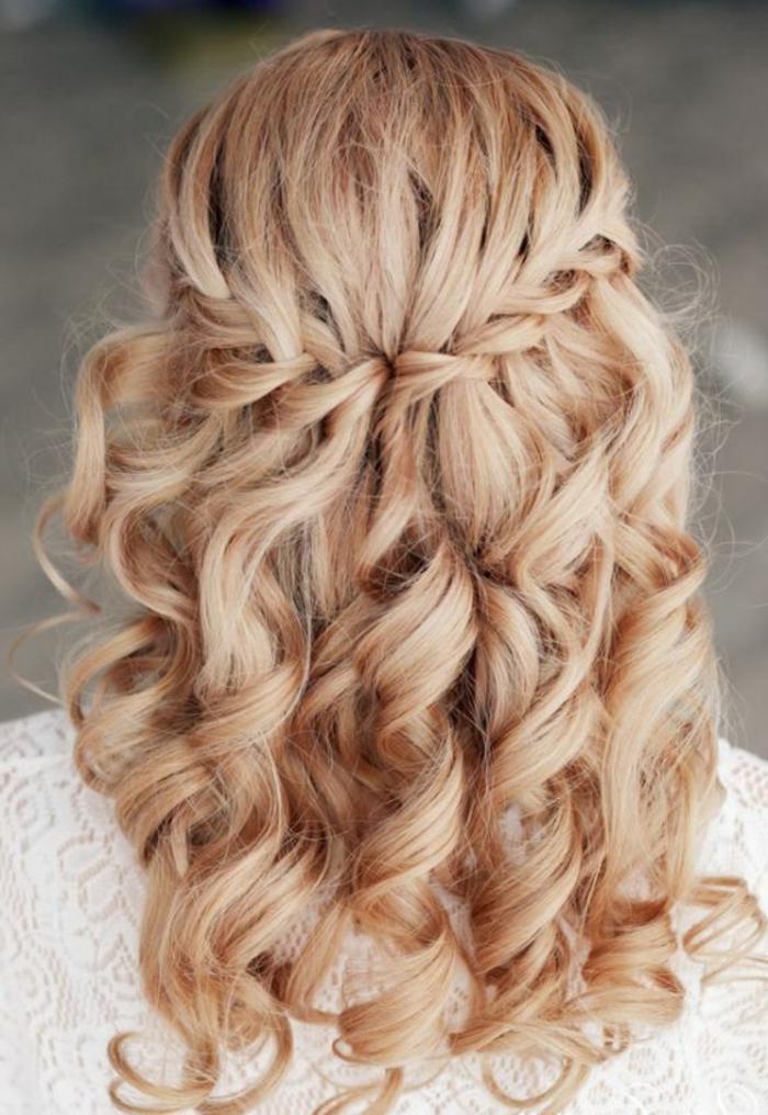 Wasserfallzopf für lange lockige Haare, Flechtfrisur mit Locken, weiße Bluse aus Spitze, elegante Bluse