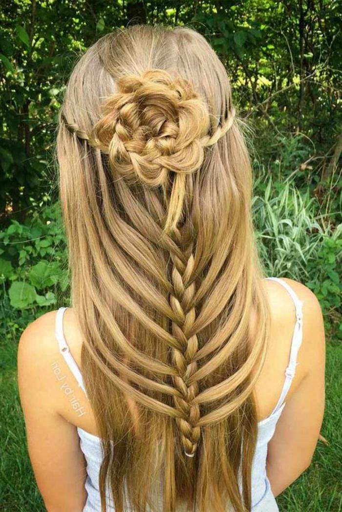 lange Haare mit Dutt aus Haarblume, zwei Wasserfallzöpfen, ein großer Zopf, ineinander verlaufende Haarsträhnen