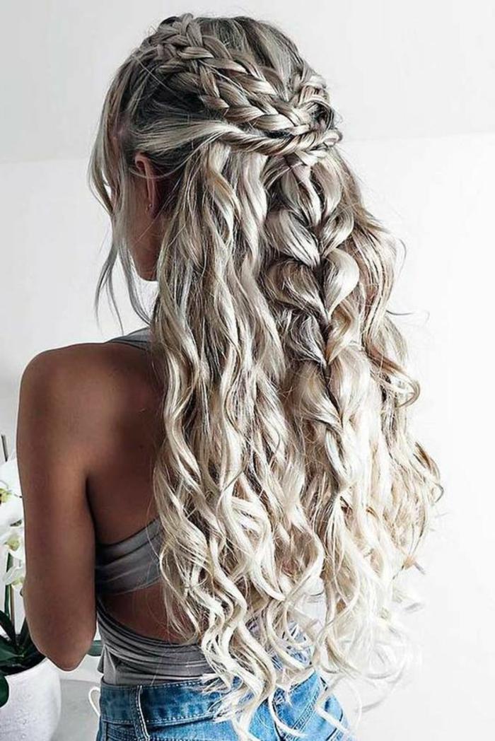 ädchen mit blondierten, fast weißen Haaren, Flechtfrisur mit vielen Zöpfen, Zopf mit vielen Haargummis