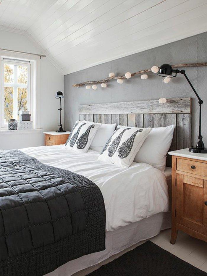 Schlafzimmer Ideen grau - graue Bettwäsche, weiße Kissen mit grauen Motiven