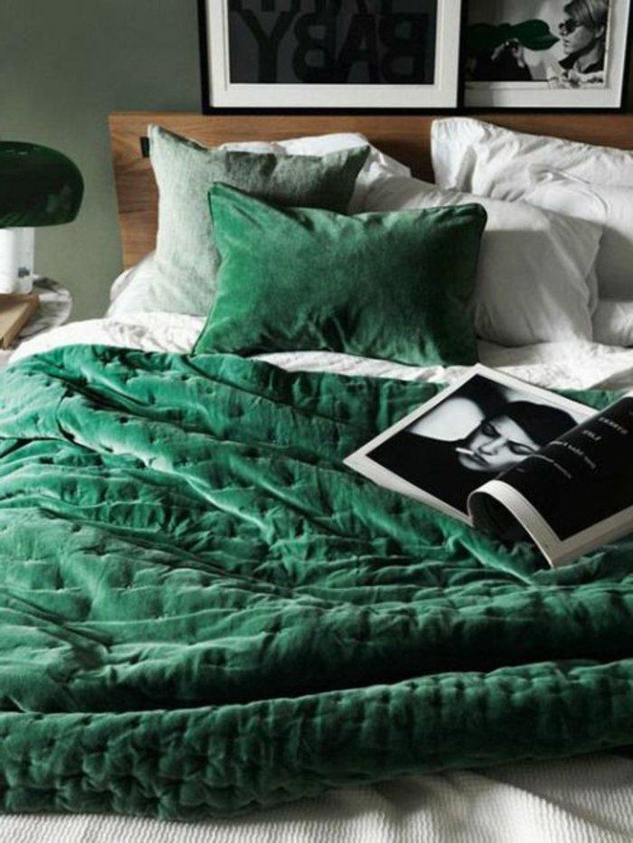 Schlafzimmer Ideen grau - ein großes Bett mit bunten Kissen zwei Kunstfotos an den Wänden