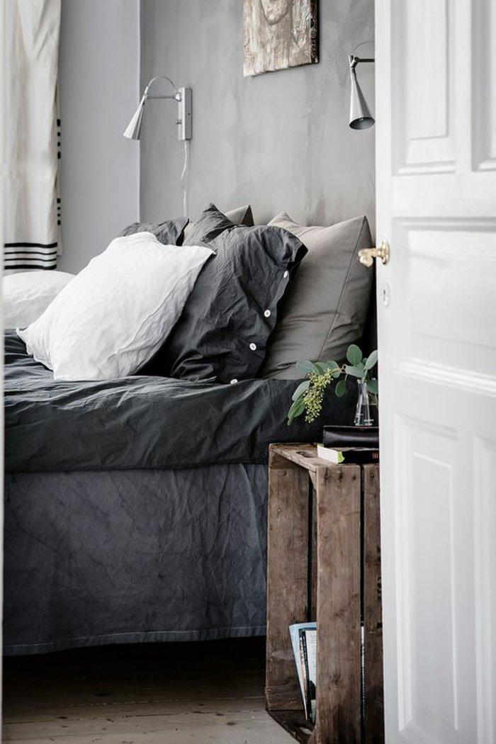 graue Kissen und graue Bettwäsche, zwei symmetrische Lampen Regal aus Palette - Schlafzimmer Ideen grau