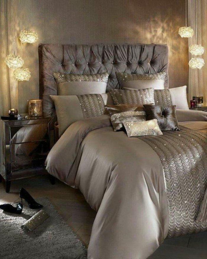 gepolstertes Bett, sechs hängende Lampe, kleine Kissen - Schlafzimmer grau