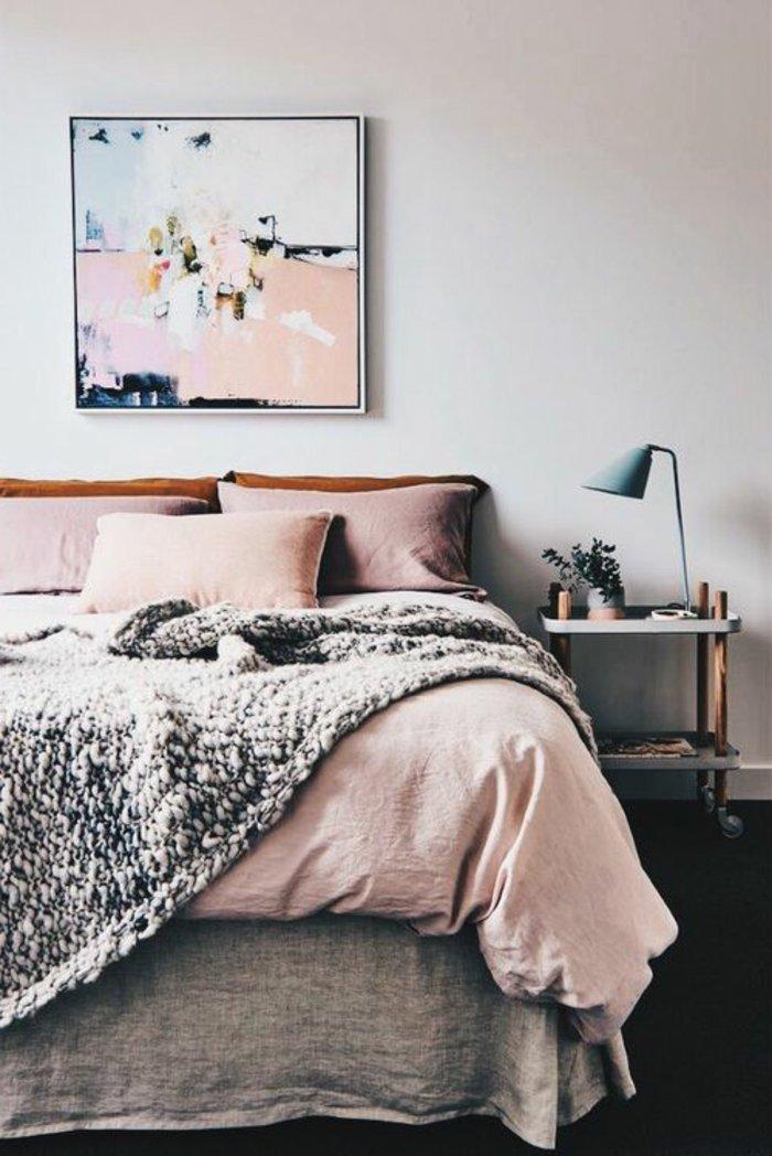 rosa Bettwäsche, graue Decke, ein ausgefallenes Bild kleine Lampe - Schlafzimmer grau