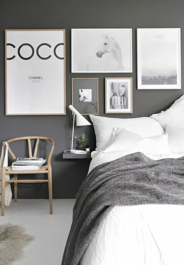 weiße Bettwäsche, graue Decke, viele ausgefallene Bilder - Schlafzimmer grau