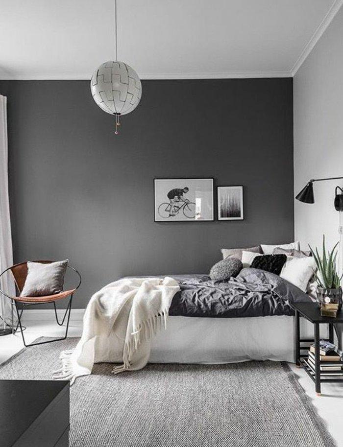 Schlafzimmer grau - eine Lampe, Stuhl, Decke, Bilder aus Ikea grauer Teppich