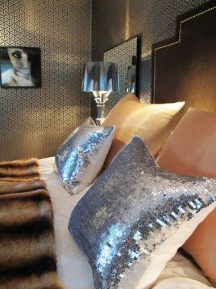 Schlafzimmer grau - Pailletten auf den Kissen genäht bemusterte Wände