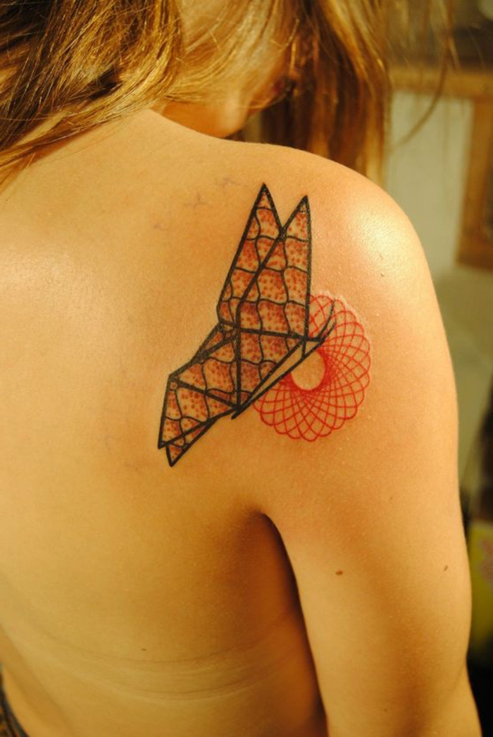 hier finden sie eine idee für einen tollen kleinen schmetterling tattoo auf dem schulterblatt - idee für einen kleinen origami tattoo für den frauen