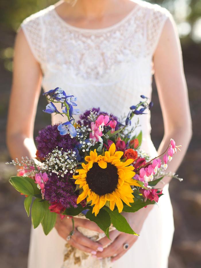 Hochzeitsstrauß mit vielfältigen Blumen, schöne Ideen für Sommerhochzeit, natürlich und stilvoll